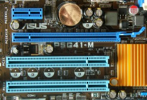 Grafickú kartu pripájame do PCIe slotu